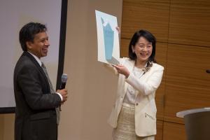 Dr. Deepak Srivastava presents Dr. Takahashi with the Ogawa-Yamanaka Prize.